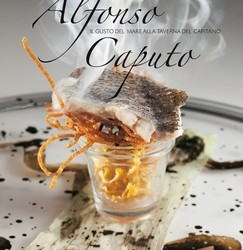 """Alfonso è uno chef entusiasta e fantasioso, che si appassiona nell'elaborare ogni piatto, anche quando lo prepara da anni; ma ama pure rinnovarsi, e quando gli balena nella mente una nuova idea, si accinge con foga a realizzarla. Creare in cucina è il suo modo per esprimere se stesso, per far trasparire la sua anima genuina e vivace."""" Questo libro racconta per immagini e parole la cucina della Penisola sorrentina, espressa nel ristorante Taverna del Capitano; oltre 60 ricette presentate dallo chef Alfonso Caputo, insignito di due prestigiose stelle Michelin."""