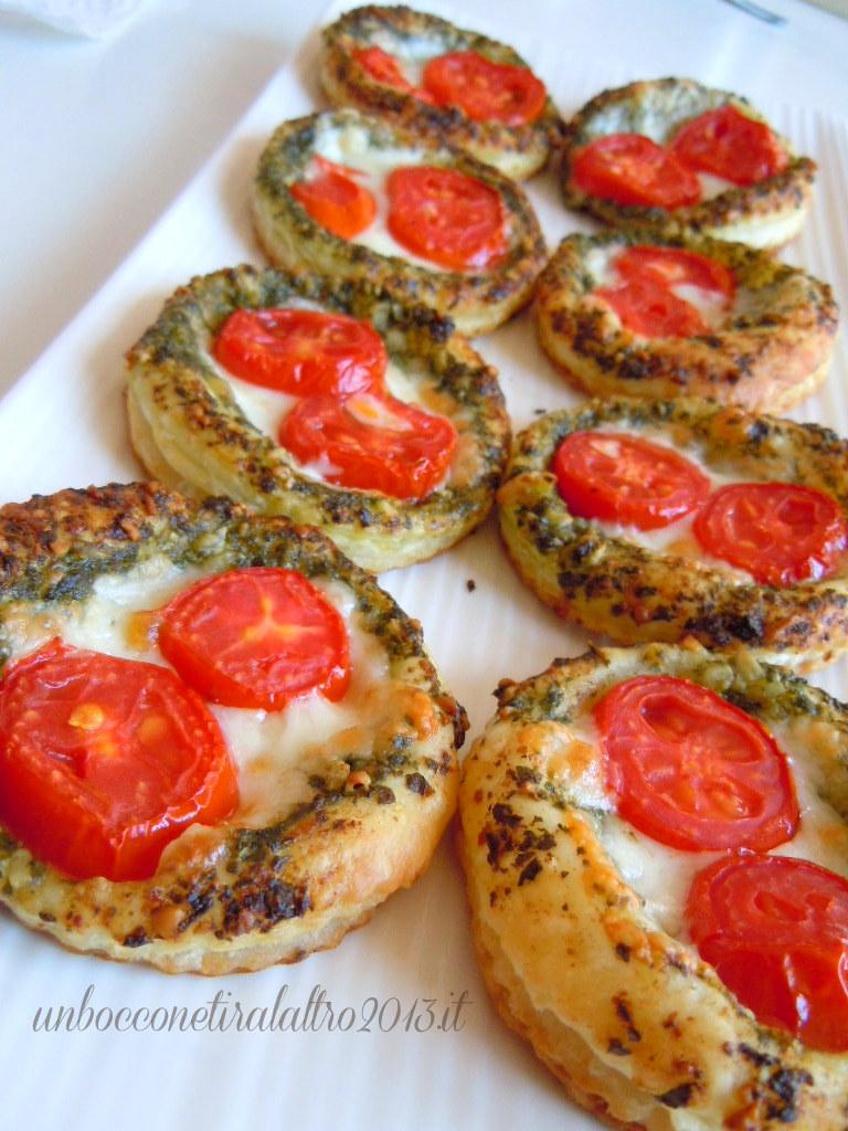 Pizzette pesto e pomodorini